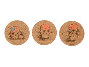 Set 2 Sottobicchieri in sughero dei Pikachu con i cappelli di Ash